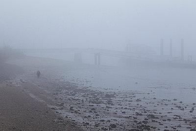 Elbstrand im Nebel - p1222m1026360 von Jérome Gerull