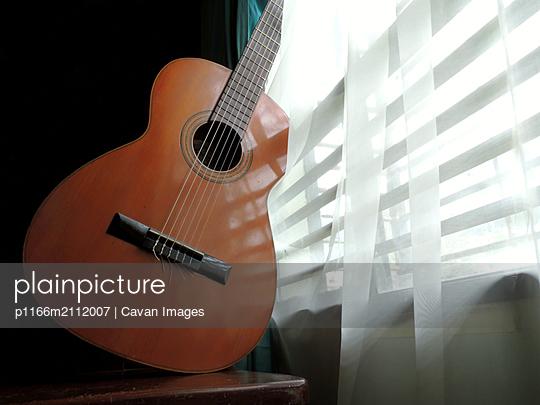 Classical  guitar Spanish - p1166m2112007 by Cavan Images