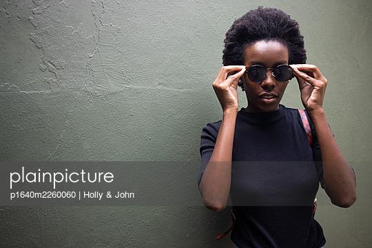 Junge afrikanische Frau mit Sonnenbrille, Portrait - p1640m2260060 von Holly & John