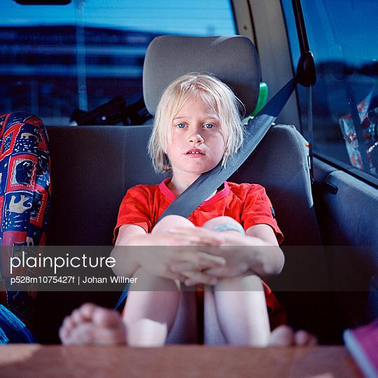 Girl sitting in car, portrait - p528m1075427f by Johan Willner