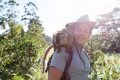 Lemur sitz auf Schulter - p1272m1515594 von Steffen Scheyhing