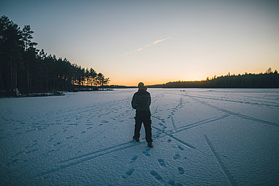 Sweden, Sodermanland, man walking on frozen lake Navsjon in winter - p300m2004774 von Gustafsson