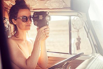 Nackte Frau mit Filmkamera - p713m2215876 von Florian Kresse