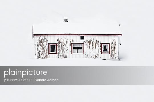 Einzelnes Haus im Winter - p1256m2098990 von Sandra Jordan