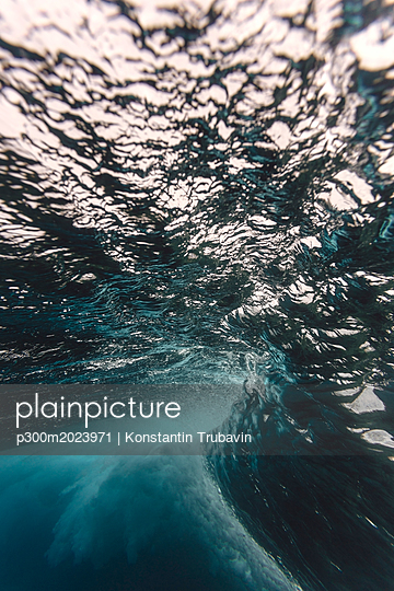 Maledives, Ocean, underwater shot, wave - p300m2023971 von Konstantin Trubavin