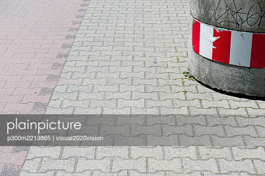 Germany, North Rhine-Westphalia, Duesseldorf, part of a pavement - p300m2213865 by visual2020vision