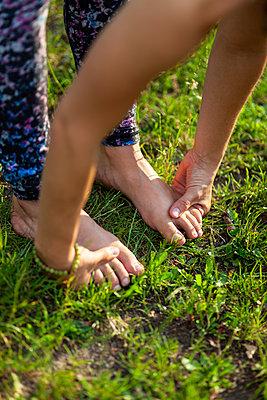 Young woman practicing yoga - p795m2191359 by JanJasperKlein