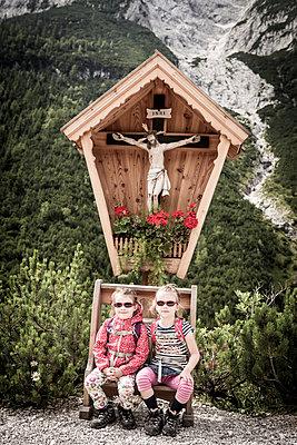 Kinder rasten am Kruzifix - p815m924883 von Erdmenger