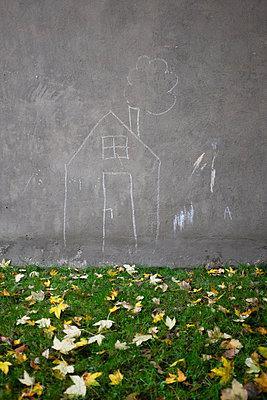 KInder-Kreidezeichnung an Hauswand - p627m1035400 von Christian Reister