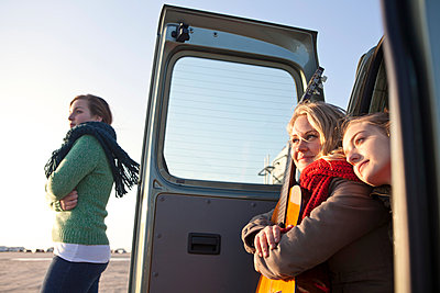 Girls with a van - p981m952216 by Franke + Mans