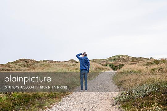 Man in the dunes - p1078m1050894 by Frauke Thielking