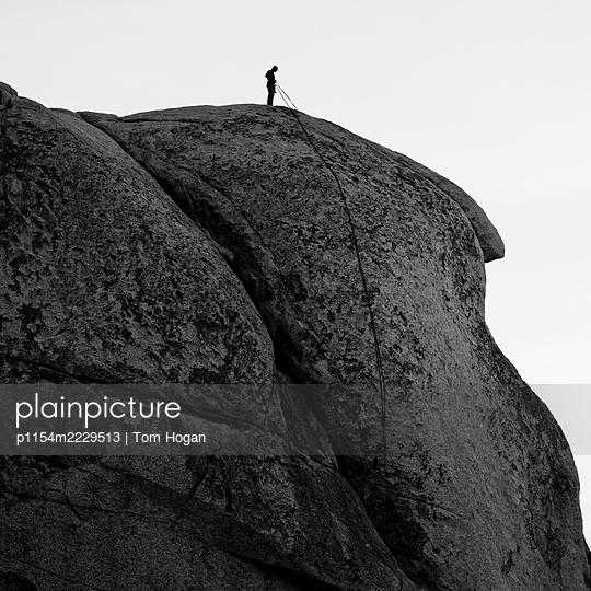 USA, Kalifornien, Kletterer am Gipfel - p1154m2229513 von Tom Hogan