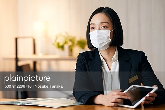 Japanese woman working in the office - p307m2296716 by Yosuke Tanaka