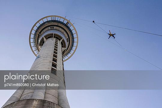 Skyjumping in Auckland - p741m892080 von Christof Mattes