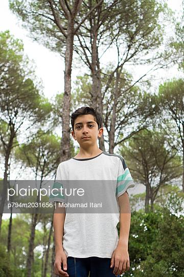 Junge steht im Wald  - p794m2031656 von Mohamad Itani