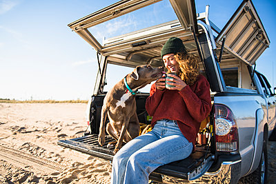 Young woman enjoying cup of coffee in the morning beach car camping - p1166m2285567 by Cavan Images