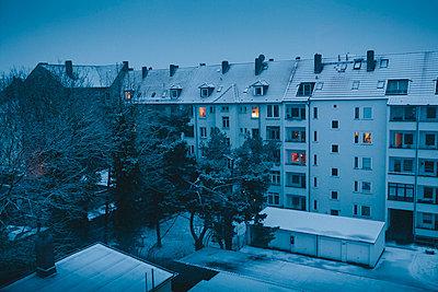 Hinterhof im Schnee, Hannover - p1184m992529 von brabanski