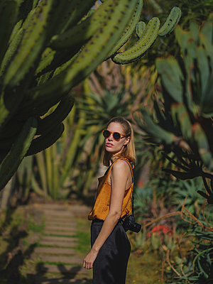 Portugal, Funchal, Madeira, Young woman in botanic garden - p1600m2175603 by Ole Spata