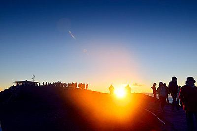USA, Hawaii, Maui, Haleakala, tourists awaiting sunset on mountain top - p300m1019094f by Biederbick&Rumpf