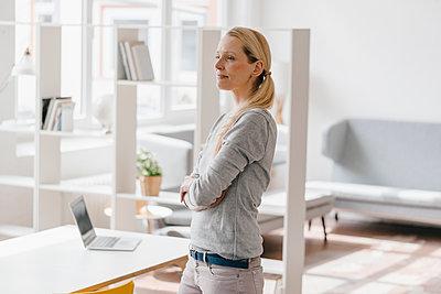 Woman standing in loft office - p300m1549436 by Kniel Synnatzschke