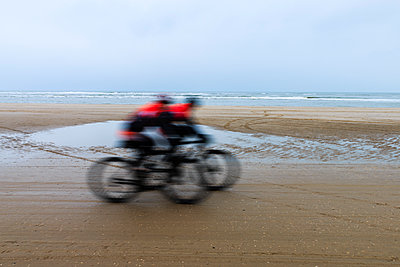 Race on the beach - p417m1108971 by Pat Meise