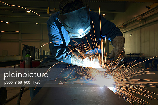 Welder at work in factory - p300m1581500 von lyzs