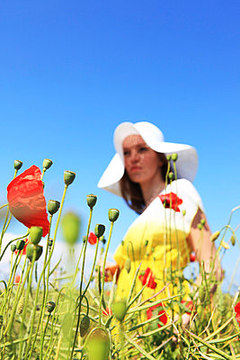 Woman among poppies - p0452766 by Jasmin Sander