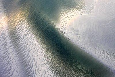 Rippel unter Wasser im Wattenmeer (Nordsee) - p1258m1061391 von Peter Hamel