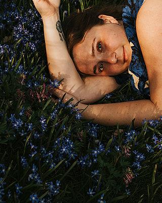 Frau liegt im Blumenmeer - p1507m2263867 von Emma Grann