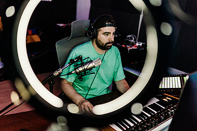 Professional DJ playing synthesizer while composing music in studio - p300m2293952 by Xavier Lorenzo