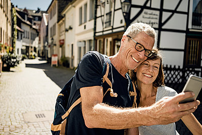 Mature couple in Old town takes a selfie - p586m2109060 by Kniel Synnatzschke