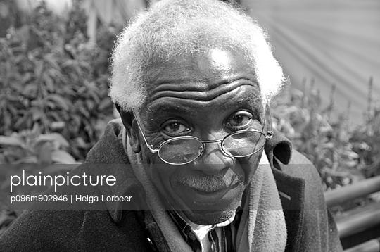 Freundlicher älterer Herr - p096m902946 von Helga Lorbeer