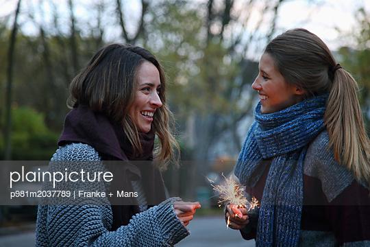 Gemeinsam feiern - p981m2037789 von Franke + Mans