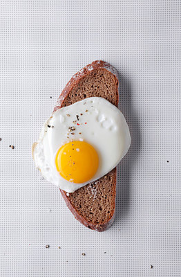 Fried Egg on Bread I - p237m793465 by Thordis Rüggeberg