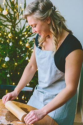 Finland, Woman preparing christmas cookies - p352m2205914 by Eija Huhtikorpi