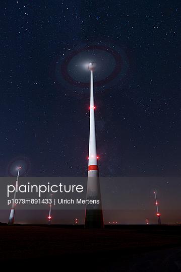 Windenergie bei Nacht - p1079m891433 von Ulrich Mertens
