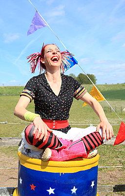 Auf der Tonne sitzen und lachen - p045m1031241 von Jasmin Sander