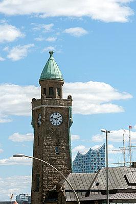 Turm an den Landungsbrücken - p229m1586881 von Martin Langer