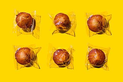 Studio shot of six plastic wrapped muffins - p300m2198280 by Gemma Ferrando