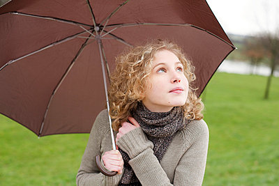 Woman holding an umbrella - p5861722 by Kniel Synnatzschke