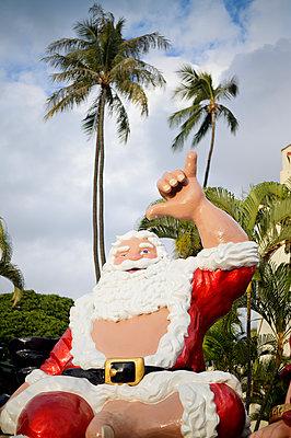 Hang Loose, Weihnachtsmann unter Palmen, Honolulu, Oahu, Hawaii - p1196m1128154 von Biederbick & Rumpf