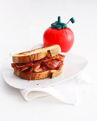 Bacon sandwich with tomato ketchup - p429m839036 by BRETT STEVENS