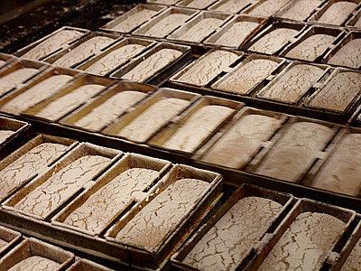 Geschobene Brote in Backstube - p897m1183584 von MICK