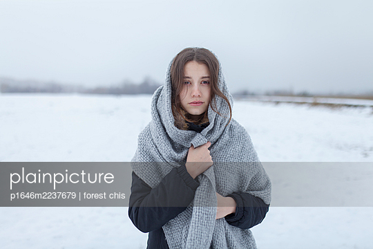 Russia, Young woman with scarf in snowy landscape, portrait - p1646m2237679 by Slava Chistyakov