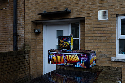 Box with fireworks in front of residential building - p1291m2245117 by Marcus Bastel