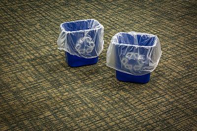 Zwei blaue Abfalleimer - p397m2015248 von Peter Glass