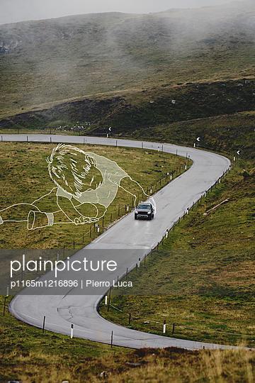 Imaginärer Junge spielt mit Auto auf der Straße - p1165m1216896 von Pierro Luca