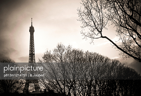 The Eiffel tower with back light - p813m1214751 by B.Jaubert