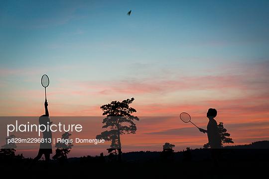 Playing badminton - p829m2296813 by Régis Domergue