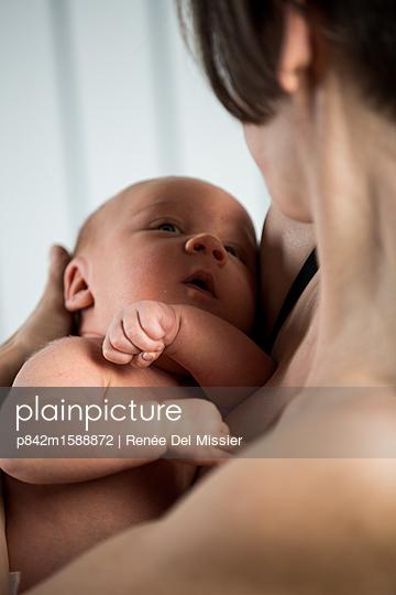 Mutter und neugeborenes Baby - p842m1588872 von Renée Del Missier